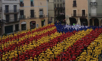 2.014 persones formen una estelada humana a Igualada 